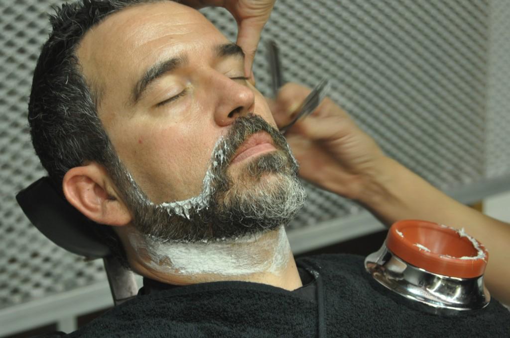 afeitado clásico con productos naturales de Aveda.