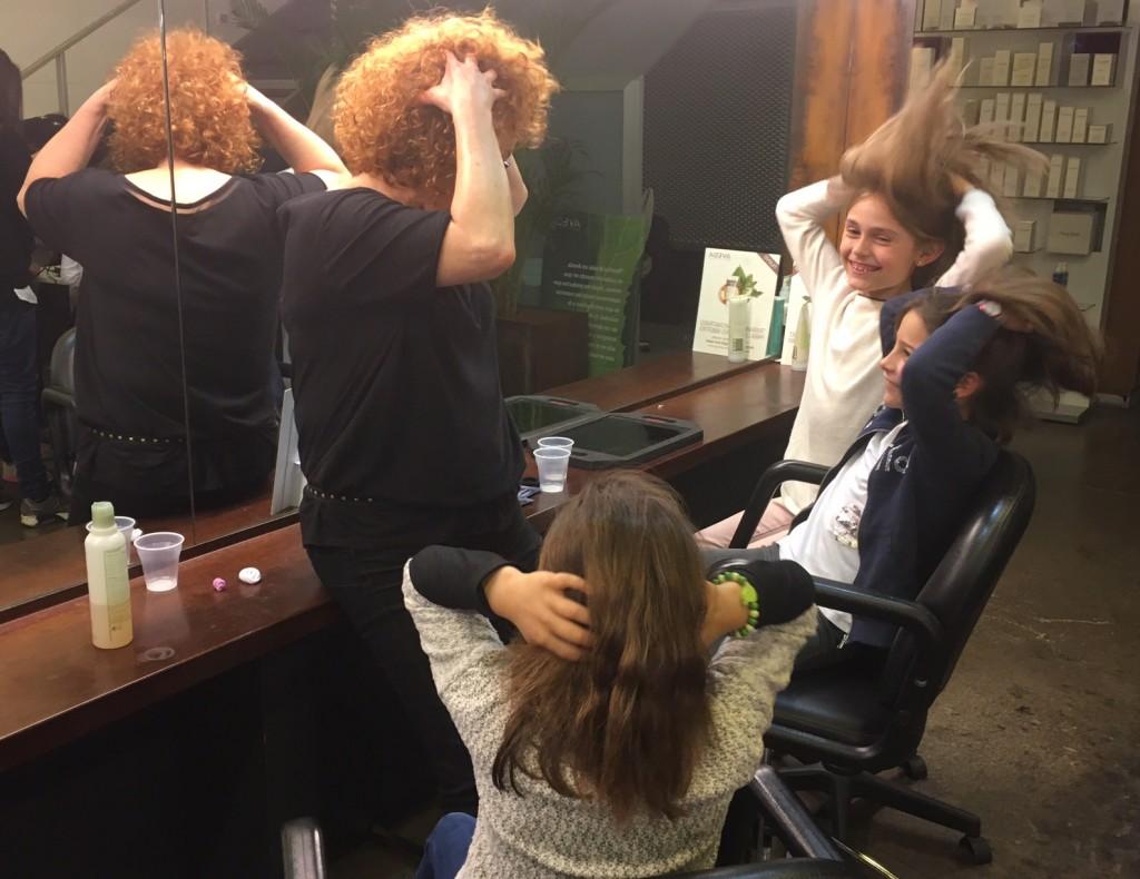 Gloria enseñando como lavar el cabello